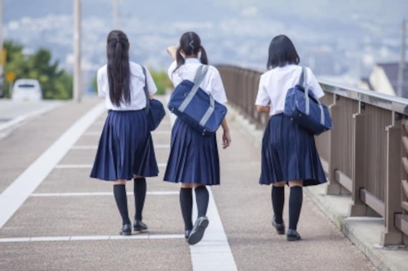 並んで歩く女の子
