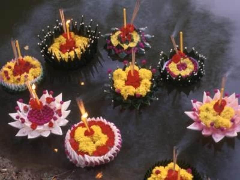 鮮やかな南国の花で彩られた灯篭を流す美しい伝統行事ロイカトーン