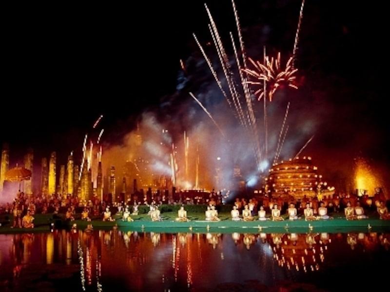この時期、タイ中からスコータイのロイカトーン祭りに参加するために観光客が押し寄せる