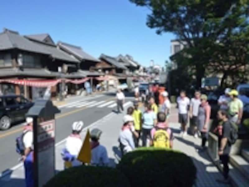 小江戸川越マラソンでもハイライトとなる蔵造りの街並みでガイドが説明