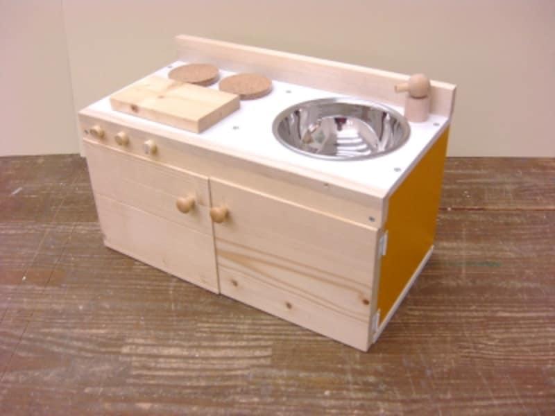 扉付きのおままごとキッチンを手作り・DIYした完成作品です。デザイン制作・番匠智香子