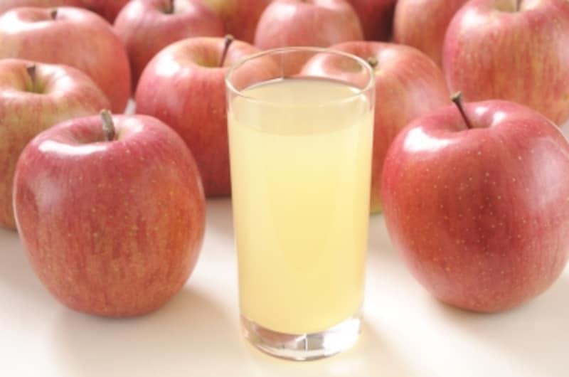 一見透明なリンゴやミカンも、果汁がついたらすぐに洗うのが鉄則