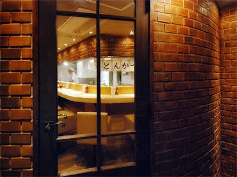 純喫茶スペースの奥に、とんかつスペースの扉があります。