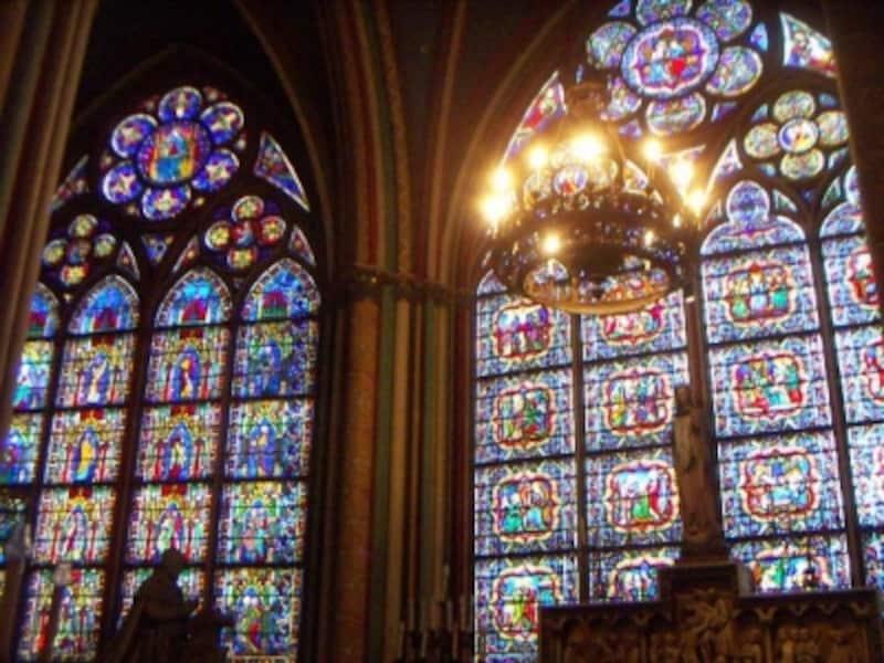 最後部のステンドグラスは14世紀に制作された