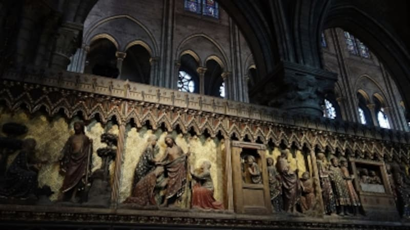 中でも入口、北、南と3カ所に配置された美しい円型のばら窓は圧巻。直径13mもの規模を誇ります。13世紀に制作され、それぞれのバラ窓は天国の花を表現しています。西と北のバラ窓の中心には聖母子像、南のバラ窓の中心にはキリストが描かれています。