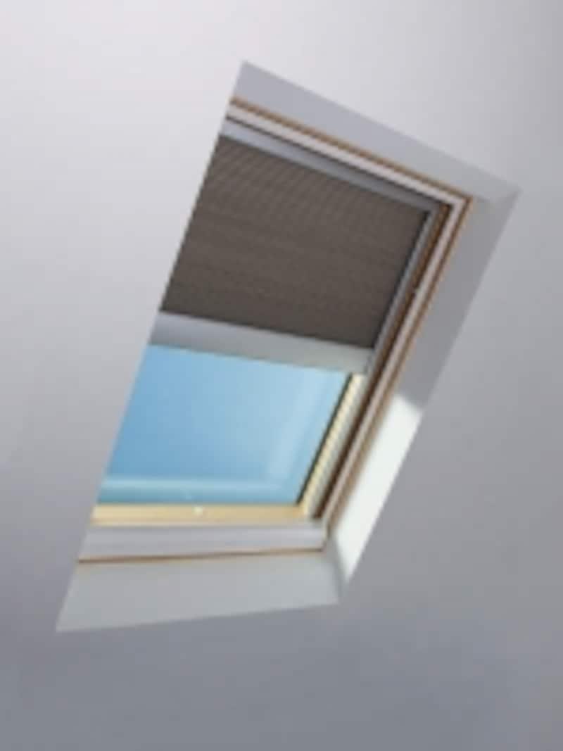 ブラインド本体にソーラーセルとバッテリーが内蔵。遮光性に優れた後付けも可能なハニカムブラインド。undefined[天窓シリーズundefinedソーラーバッテリーブラインド遮光タイプ]undefinedYKKAPhttp://www.ykkap.co.jp/