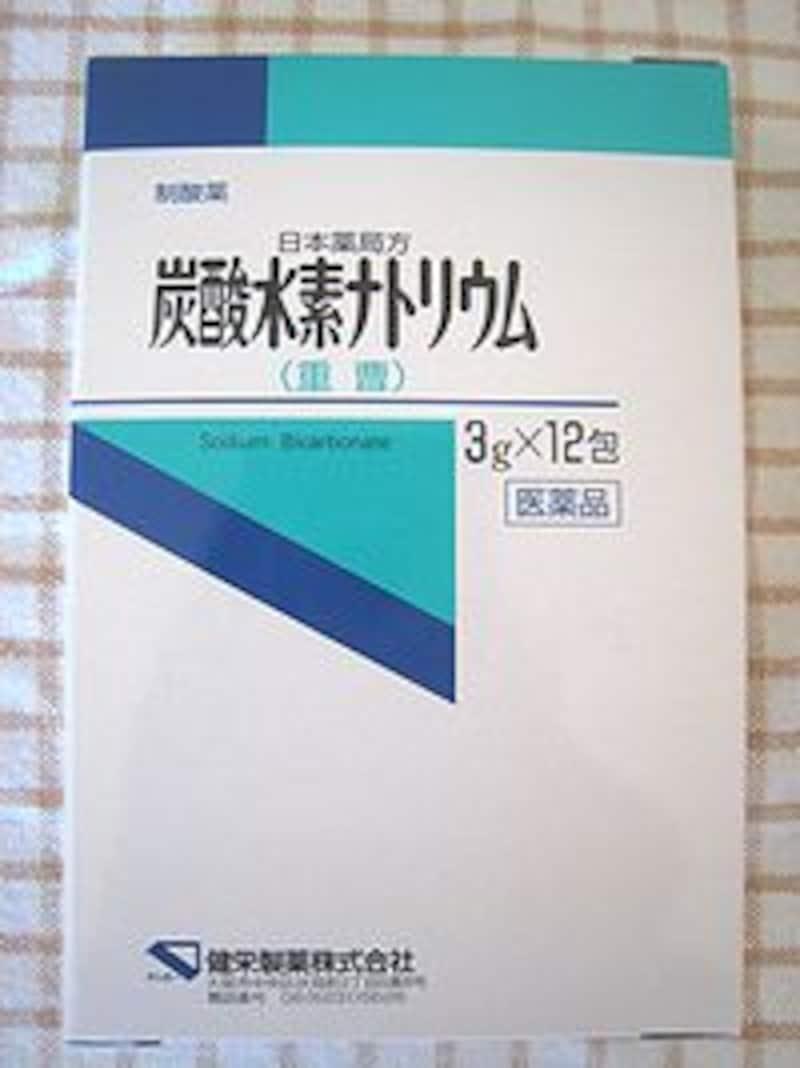 日本薬局方『炭酸水素ナトリウム(重曹)』。「制酸薬」とされていて、胃酸過多や胸焼けの際に大人1回1グラム服用と書かれています。『重曹』にはクスリとしての顔があるのです。