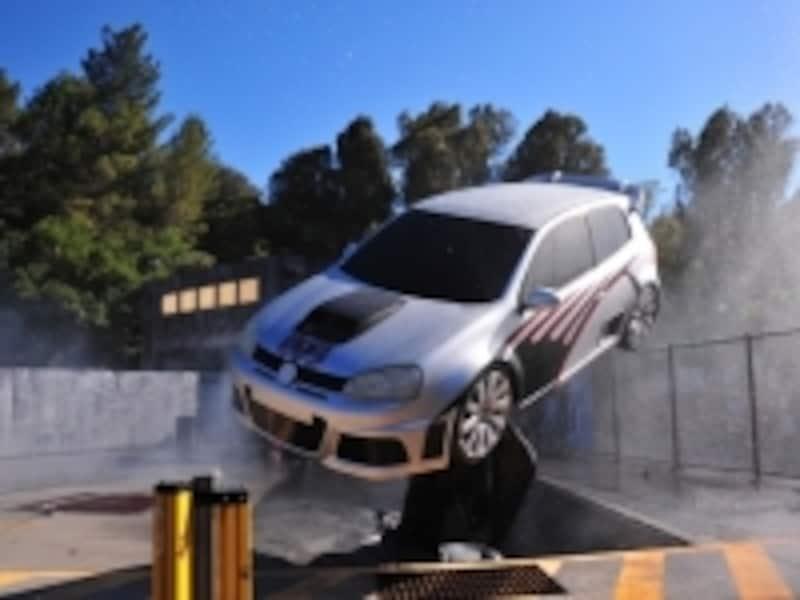 ファースト&フューリアスの車が空を……