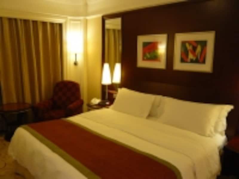 3つ星クラスのホテルでも十分快適に過ごせる。写真は「ホテルロイヤル(皇都酒店)」の一般的な客室