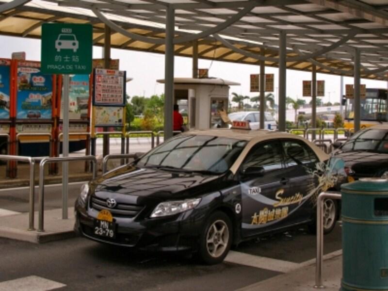 日本に比べてリーズナブルな価格のタクシー。初乗り13パタカ