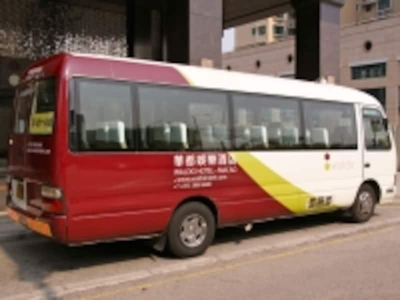 カジノホテルが運行するシャトルバス。施設名が大きく車体に書かれているのですぐ分かる