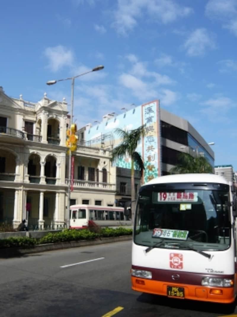 市内を縦横に走る路線バスは本数も運行頻度も多い