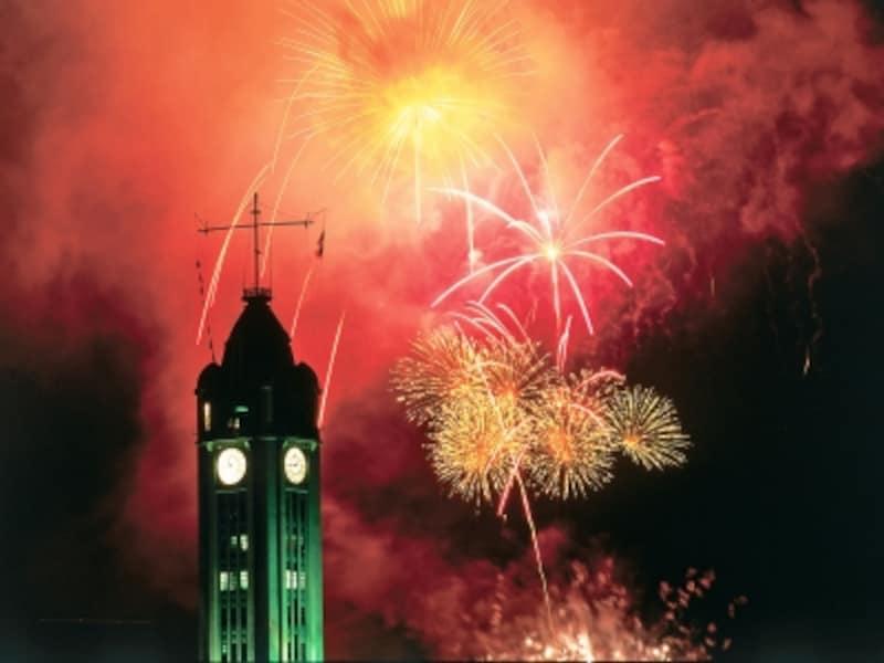 各地でカウントダウンの花火が打ち上げられる。画像はアロハタワー・マーケットプレイスにて(写真提供:HawaiiTourismAuthority(HTA)/JoeSolem)
