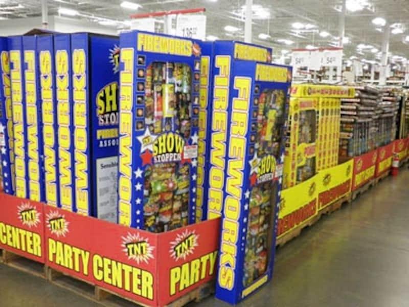 大型スーパーに並ぶ爆竹・花火セット。この大きさで一般家庭用
