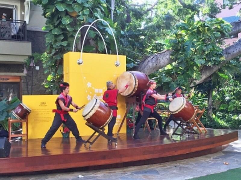 太鼓パフォーマンスで新年を祝い、福袋販売をスタートするロイヤル・ハワイアン・センター