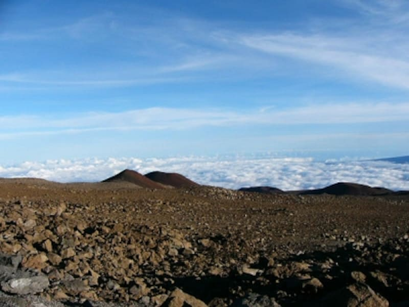 まるで氷河のような雲を眼下に見つつ。絶景が広がるマウナケア山