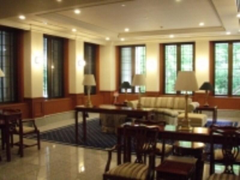 高級マンションのラウンジ。室内装飾も家具も重厚だが、維持費は住人が負担する。