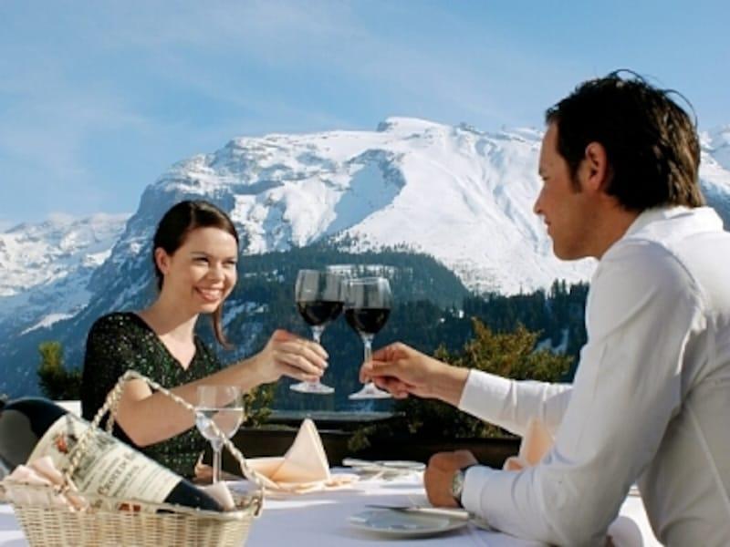スイスアルプスをバックに乾杯
