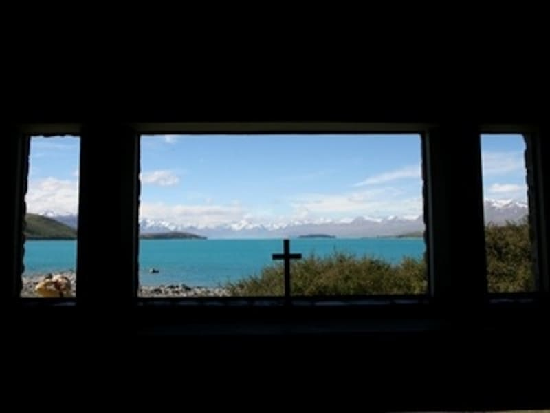 教会の窓から見た湖は、まるで額に入った絵のよう