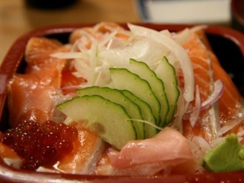 テカポ湖名物サーモン丼。漬物とみそ汁がついて18ニュージーランドドル