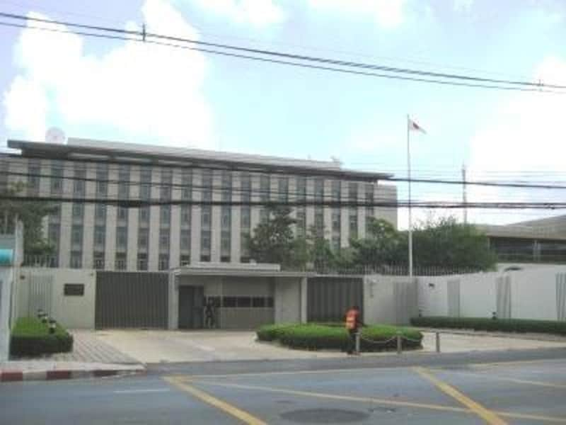 ウィタユ通り(英名:ワイヤレス通り)沿いにある日本大使館。緊急時のために場所だけは覚えておきたい