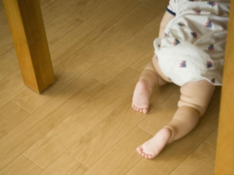 床をはう乳児