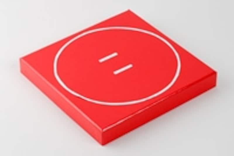 1.紙で土俵の線を作り、箱のフタに貼り付けて、土俵のできあがり。丸だけでなく、プロレスのリングのように四角くしたり、総合格闘技のように六角形にしたりしても面白い。