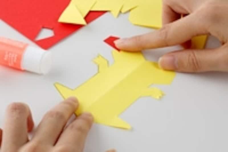 4.切り取ってからもう片面の絵も描いて力士のできあがり。色鉛筆やクレヨン、マーカーで着色してもいいし、シールを貼り付けてもOK。角やしっぽなどをつけるなど、自由に怪獣をデザインしましょう。
