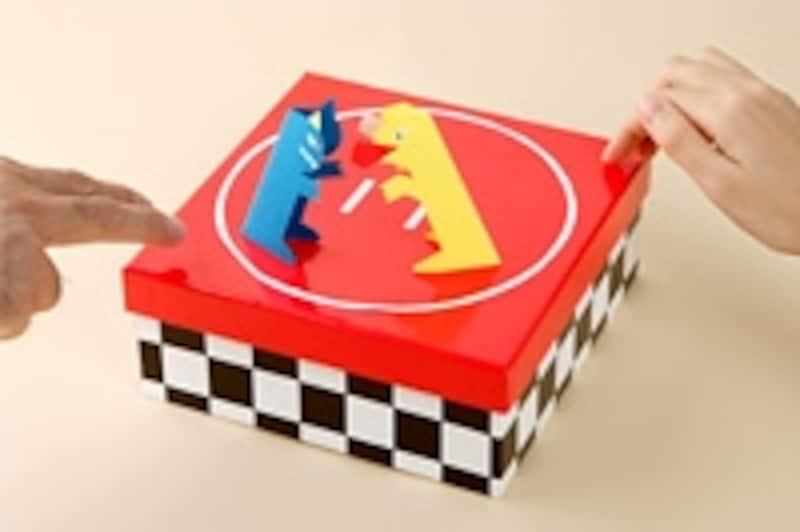 「はっけよ~い、のこった!」で箱のフタをトントン叩いて力士を動かします。シンプルなおもちゃですが、押し出しや投げ倒し、引き落としなど決まり手はバリエーション豊富です。