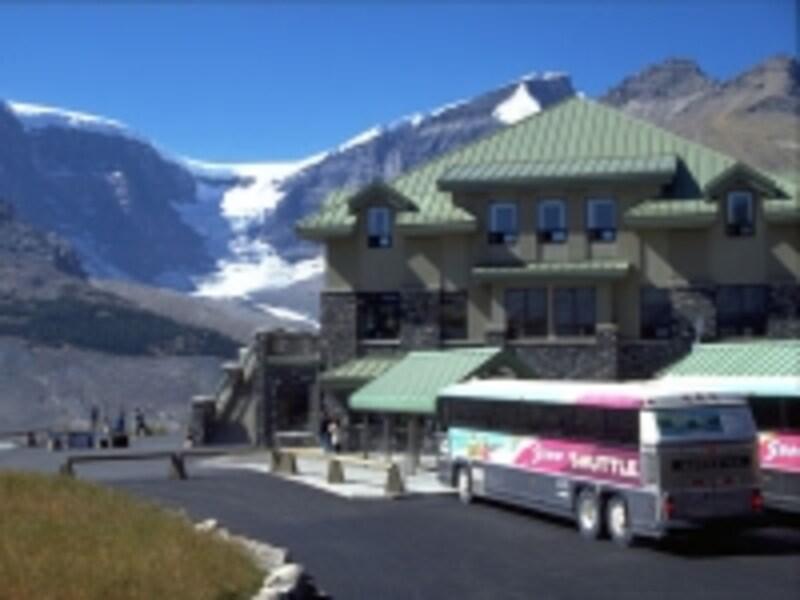 まずはシャトルバスで乗り換え場所までundefined(C)TravelAlberta