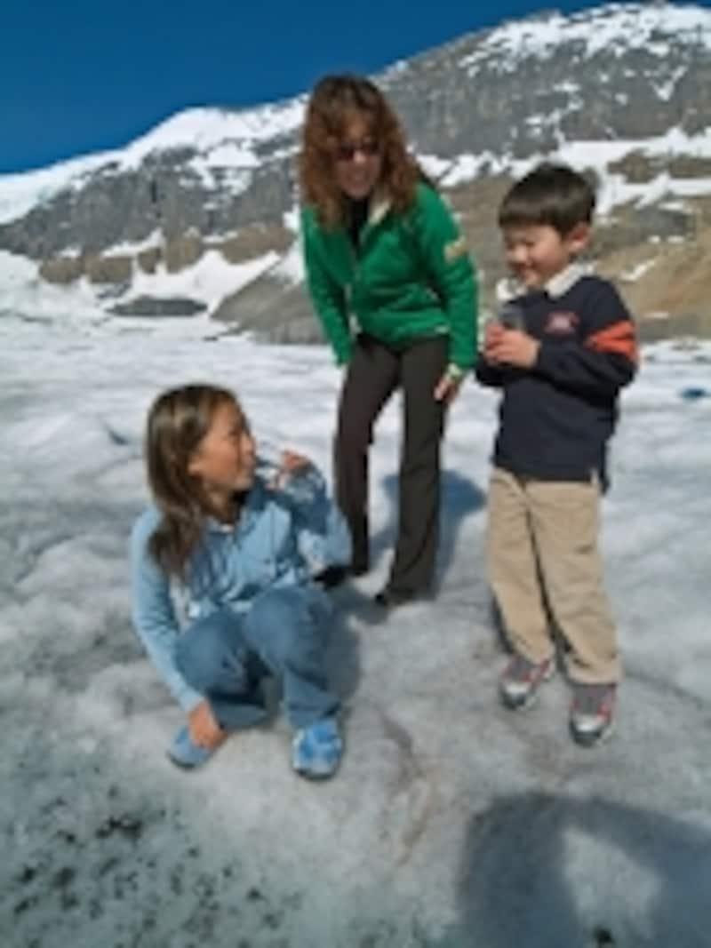 氷河の溶け水の味見もお忘れなく!(C)TravelAlberta