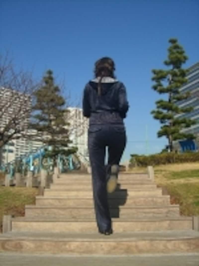 正しい姿勢で階段の効果を