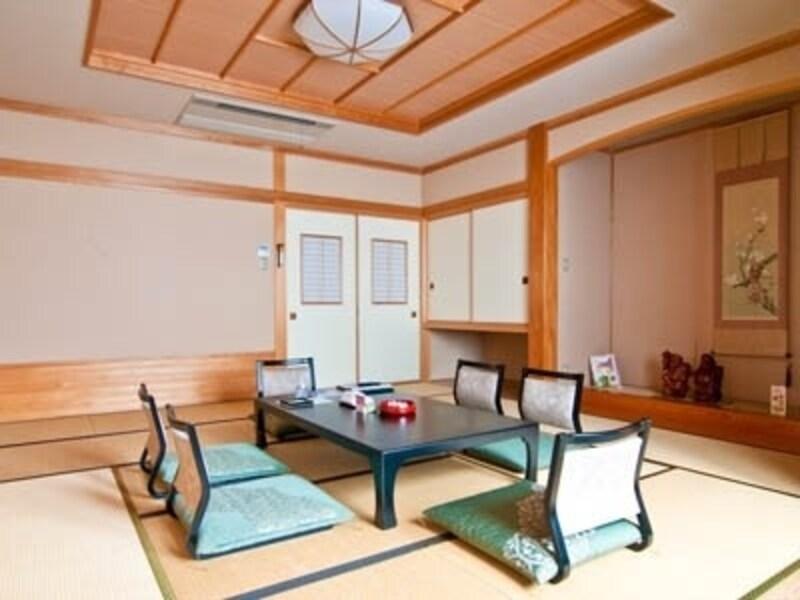 和風旅館の一室。柱や長押(なげし)といった構造材や、立派な床の間がある本格的な和室