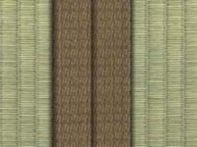 畳表と同じような色合いの畳縁。スッキリと見せる効果あり(画像:高田織物株式会社)