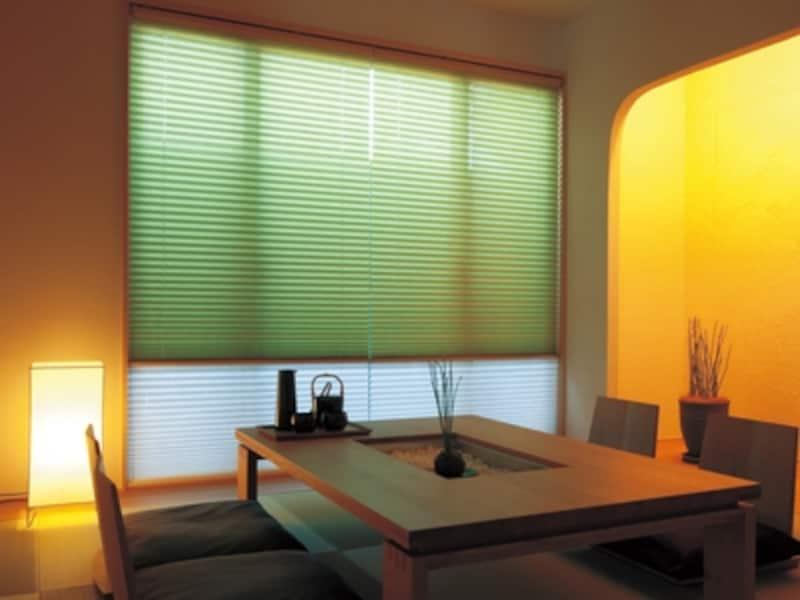 上に透過性の高いスクリーン、下に透過性の低いスクリーンをダブルに使用した和室(画像:タチカワブラインド)