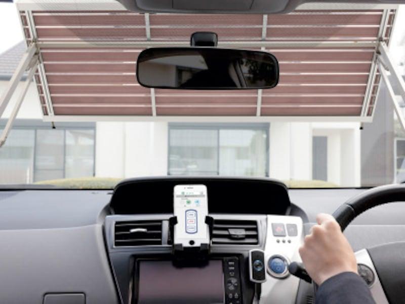 スマートフォンやリモコンでカーゲートを開閉可能。スムーズに車の出し入れをすることができる。[カーゲート用通信ユニット] LIXIL http://www.lixil.co.jp/