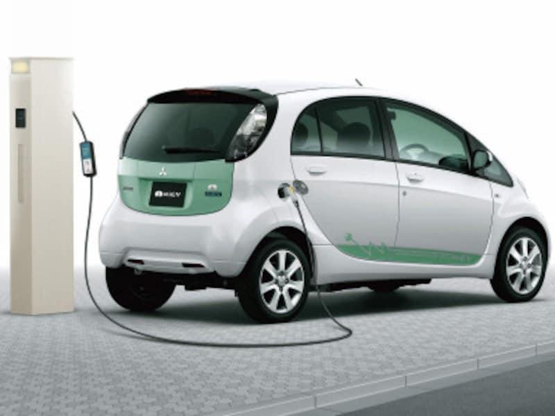 電気自動車の充電が可能な200V用コンセントを内蔵した機能門柱。ガーデニングなどでも利用できる100V用コンセントも併設。[エレポルト機能門柱1型 充電イメージ] YKKAPhttp://www.ykkap.co.jp/