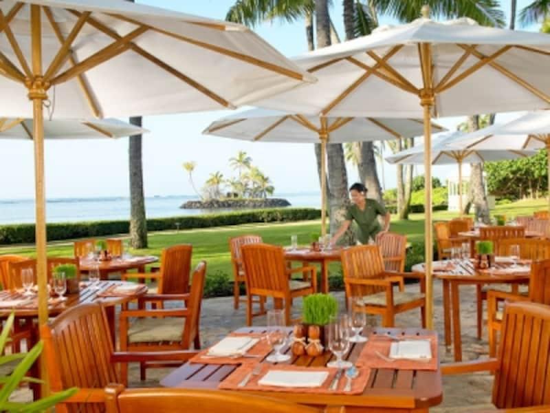 ビーチを見渡すテラス席と豊富なメニューの朝食ブッフェが人気のプルメリアビーチハウス