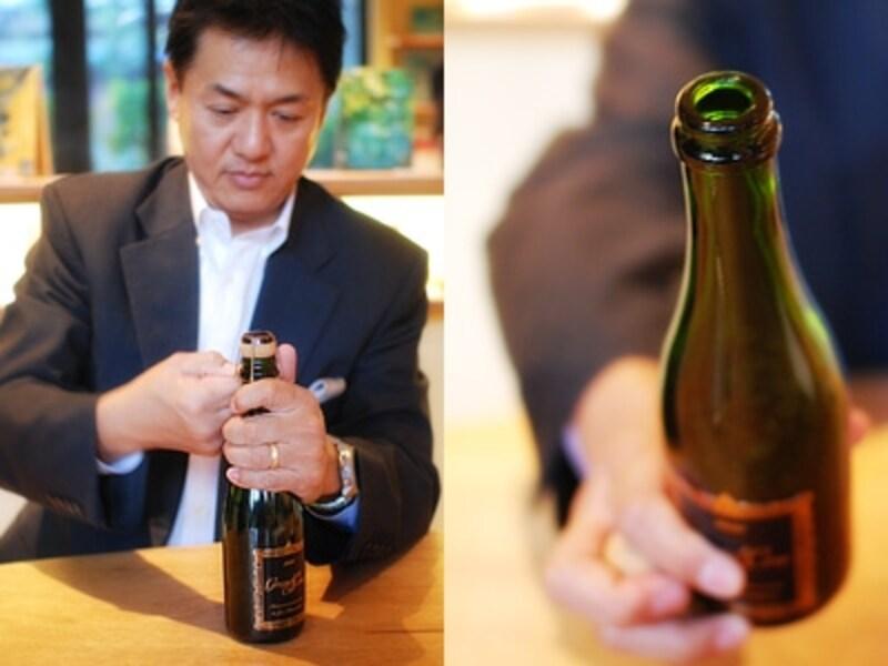 抜栓する川島良彰さん。鼻を寄せると天国のようなコーヒーの芳香が!