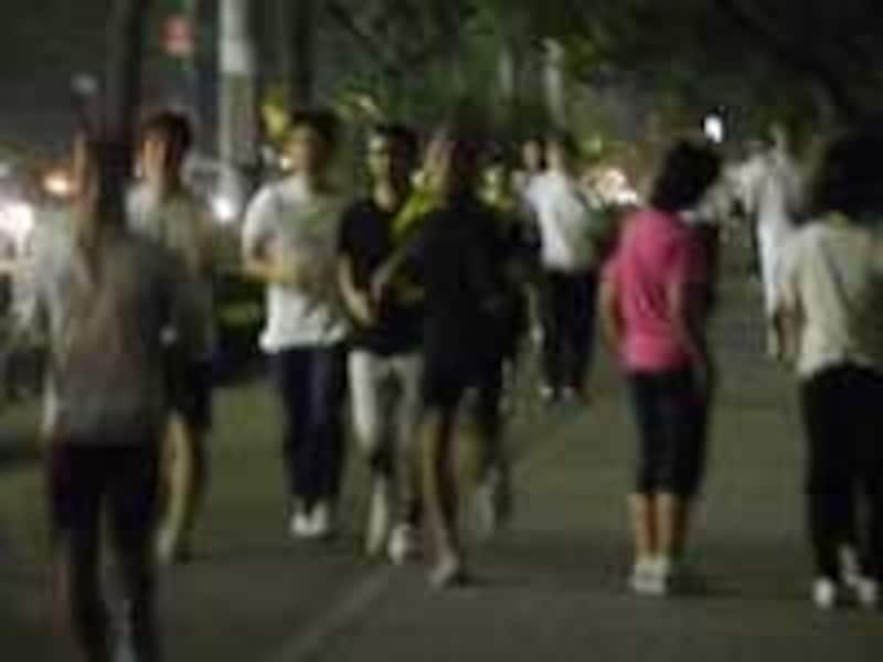 ランナーで混雑を呈する皇居の夜