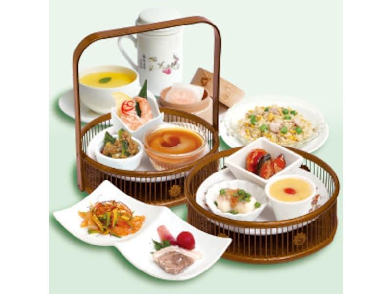 清芳春ティーラウンジ「清芳午餐(せいほうランチ)(2200円税込)」……小懐石のように彩り鮮やかな広東名菜の数々が竹籠で提供されます。デザートと中国茶は好きなものを1品選べます(画像は2019年夏のメニュー、画像提供:菜香新館)