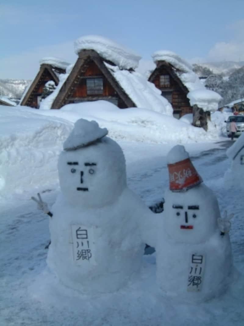 雪だるまと合掌造りの建物
