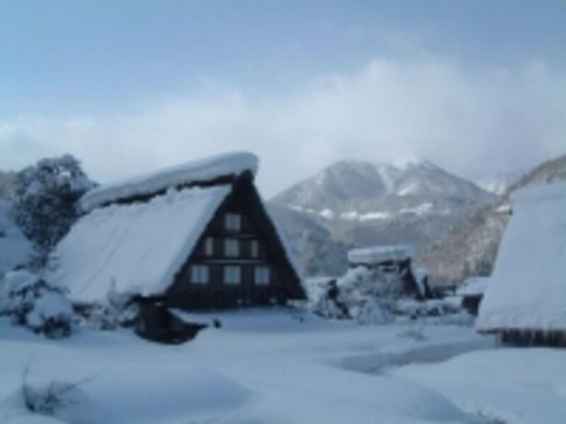 雪に埋もれた白川郷・合掌造りの建物(2)