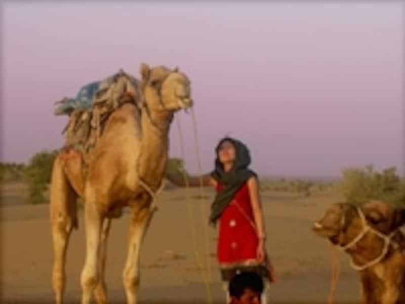 砂漠の広がるラジャスターン州ではラクダに乗ることも(C)HFuyuno