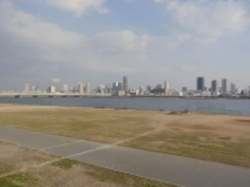 塚本界隈から淀川を挟み大阪方面を望む