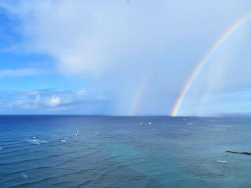 ワイキキの海にかかるダブルレインボー。ダブルレインボーに願い事をするとかなうというジンクスもあ
