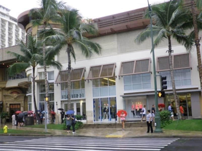 雨が降っても傘をさす習慣がないハワイで、傘を見かけるのは珍しいこと。12月のこの日、ワイキキは1日中雨でした
