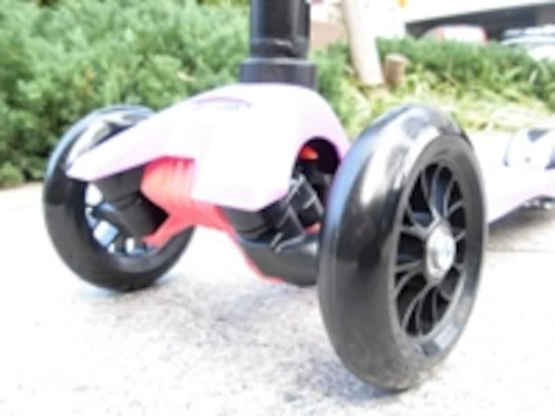 独特のスラローム走行を実現するキモである前輪部分は、取り回しやすい20cm幅にセットされている