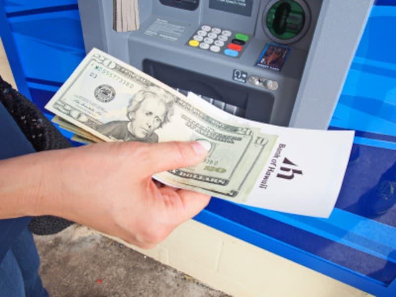 国際クレジット系デビットカードなら、銀行ATMで引き出せる