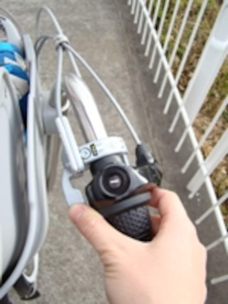 ハンドルロックが手元で操作できる